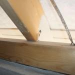 Rispenband fehlerhaft befestigt auf Pfettenoberseite, hier hilft auch nicht das Ausnageln aller Löcher