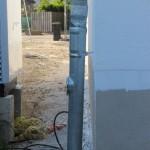 dazu die schiefe Rohrbefestigung, Standrohrkappe am Anschluss an Grundleitung fehlt