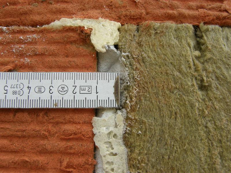 10 mm breite Dämmplattenfuge mit Klebemörtel verfüllt