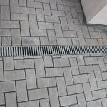 Betonsteinpflaster falsch an Entwässerungsrinne angearbeitet