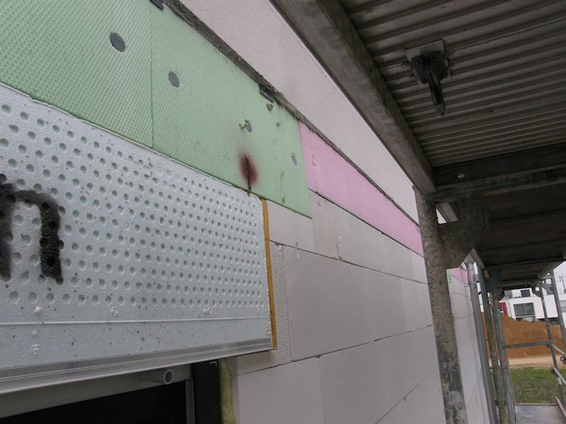 Materialmix als Putzgrund, Putzschiene des Rollladenkastens greift in die Putzfläche