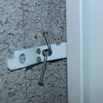 nicht fachgerechte Befestigung der Eckzarge einer Stahltür