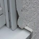 Fensterbank zu lang, Putz kragt über das Bordprofil der Fensterbank hinaus, Fugenabdichtung fehlt