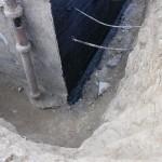 Voranstrich für Kelleraußenwandabdichtung mit KMB, Untergrund verschmutzt, unten soll die Abdichtung auf ausgelaufenem Beton enden