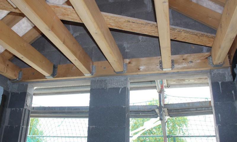 Balkenauflagerholz mit 3 Schrauben befestigt