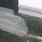 Terrassenabdichtung im Türbereich, Abdichtung endet unterhalb des Rahmen, Bereich hinter Rollladenführung nicht abgedichtet