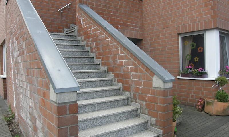 Absturzsicherung der Außentreppe, Ausblühungen an der wetterabgewandten Seite
