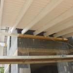 Auflagerbalken für Vordach mit 3 Schrauben am Mauerwerk befestigt