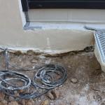Außensockelputz in das Erdreich geputzt, Abdichtung gegen Bodenfeuchte wirkungslos