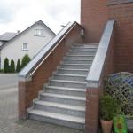 gemauerte Absturzsicherung einer Außentreppe, Wetterseite
