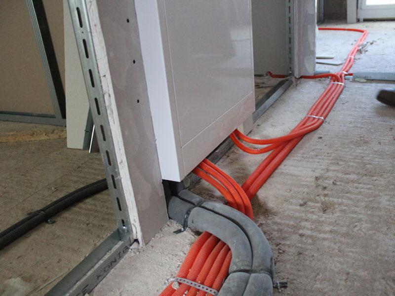 nicht fachgerechte Rohrführung im Fußbodenaufbau